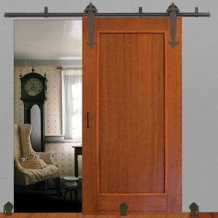 Imagen de dormitorio campestre con paredes grises y suelo de madera en tonos medios
