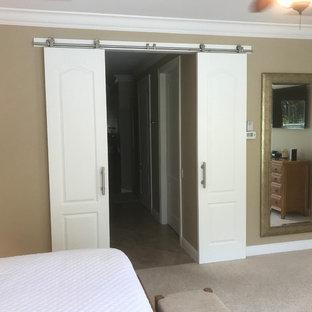 Ejemplo de dormitorio principal, actual, con paredes beige, moqueta y suelo beige