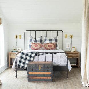 ナッシュビルのカントリー風おしゃれな寝室 (白い壁、淡色無垢フローリング)