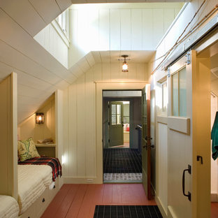 Diseño de habitación de invitados rústica con suelo rojo