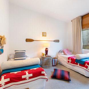 Свежая идея для дизайна: гостевая спальня среднего размера в морском стиле с белыми стенами, серым полом, сводчатым потолком, стенами из вагонки и бетонным полом - отличное фото интерьера