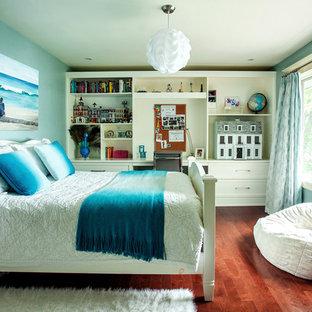 Immagine di una camera degli ospiti chic di medie dimensioni con pareti blu, parquet scuro e nessun camino