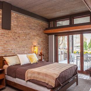 Inspiration för eklektiska sovrum, med tegelgolv och bruna väggar