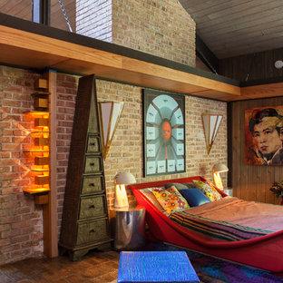 Стильный дизайн: спальня в стиле фьюжн с кирпичным полом - последний тренд