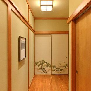 オースティンの中くらいのアジアンスタイルのおしゃれな寝室 (グレーの壁、畳、ベージュの床) のレイアウト