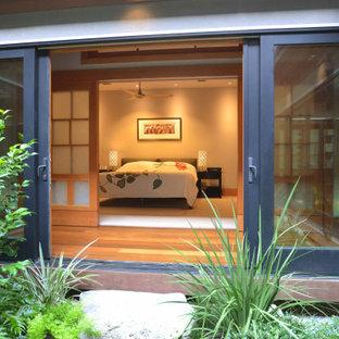 Asiatisk inredning av ett mellanstort sovrum, med grå väggar, tatamigolv och beiget golv