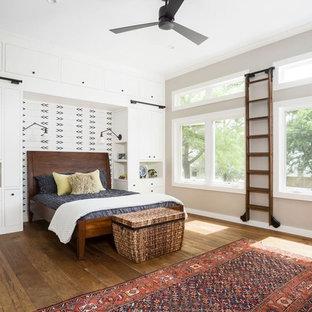 Foto de dormitorio principal, campestre, extra grande, sin chimenea, con paredes beige, suelo de madera en tonos medios, marco de chimenea de ladrillo y suelo marrón