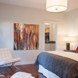 Ejemplo de dormitorio principal, minimalista, de tamaño medio, sin chimenea, con suelo de madera oscura, paredes blancas y suelo marrón