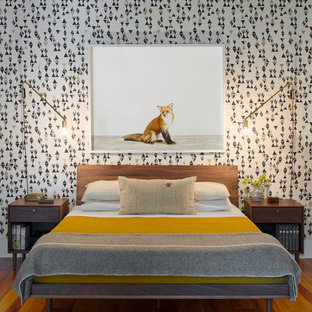 Mittelgroßes Modernes Hauptschlafzimmer mit braunem Holzboden und bunten Wänden in Atlanta