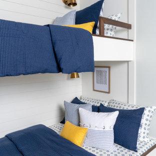 Diseño de habitación de invitados contemporánea, extra grande, sin chimenea, con paredes verdes, suelo de baldosas de porcelana y suelo gris