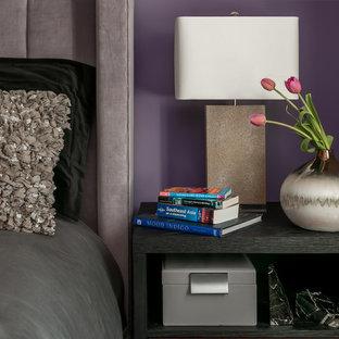 Idee per una camera degli ospiti moderna di medie dimensioni con pareti viola, parquet scuro, camino lineare Ribbon, cornice del camino in metallo e pavimento marrone