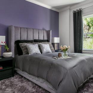 Ispirazione per una camera degli ospiti minimalista di medie dimensioni con pareti viola, parquet scuro, camino lineare Ribbon, cornice del camino in metallo e pavimento marrone