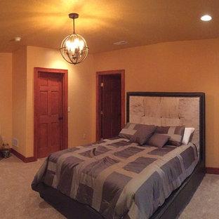 Modelo de dormitorio principal, clásico renovado, grande, sin chimenea, con paredes negras y moqueta