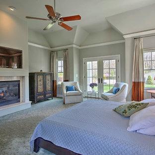 Diseño de dormitorio principal, clásico, con paredes verdes, moqueta, chimenea tradicional y marco de chimenea de piedra