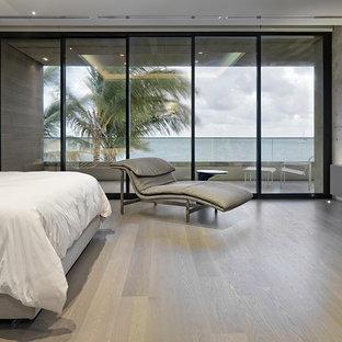 Diseño de dormitorio principal, moderno, grande, sin chimenea, con paredes multicolor, suelo de bambú y suelo beige