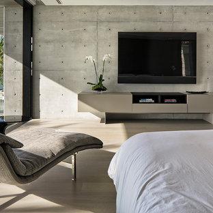 Ejemplo de dormitorio principal, minimalista, grande, sin chimenea, con suelo de bambú, suelo beige y paredes multicolor
