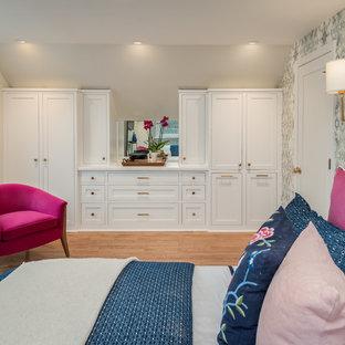 Diseño de dormitorio principal, tradicional renovado, pequeño, sin chimenea, con paredes azules, suelo de madera clara y suelo azul