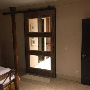ナッシュビルの広い地中海スタイルのおしゃれな主寝室 (ベージュの壁、カーペット敷き、暖炉なし)