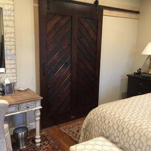 Пример оригинального дизайна: хозяйская спальня среднего размера в стиле рустика с бежевыми стенами и паркетным полом среднего тона без камина