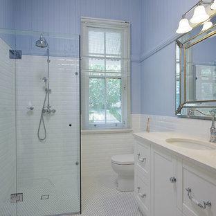 ブリスベンの中くらいのトラディショナルスタイルのおしゃれな寝室 (紫の壁、セラミックタイルの床、白い床)