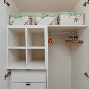 ロンドンの小さいコンテンポラリースタイルのおしゃれな寝室 (白い壁)