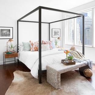 Modernes Hauptschlafzimmer mit weißer Wandfarbe und dunklem Holzboden in New York