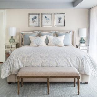 На фото: большая хозяйская спальня в классическом стиле с бежевыми стенами, ковровым покрытием и синим полом без камина с