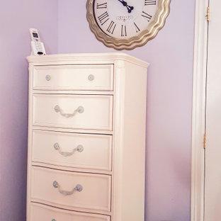 Idée de décoration pour une chambre tradition de taille moyenne avec un mur violet et boiseries.