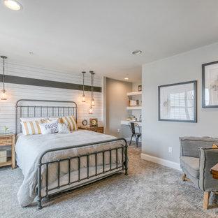 ボルチモアのビーチスタイルのおしゃれな寝室 (グレーの壁、カーペット敷き、グレーの床、塗装板張りの壁) のインテリア