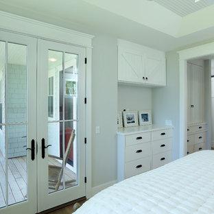 Idee per una piccola camera matrimoniale country con pareti grigie, parquet chiaro e pavimento marrone