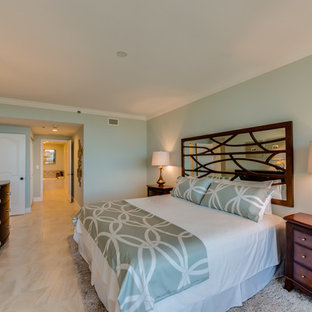 Mittelgroßes Klassisches Hauptschlafzimmer ohne Kamin mit blauer Wandfarbe, Keramikboden und beigem Boden in Tampa
