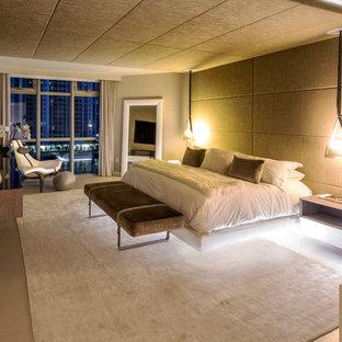 Idéer för ett stort modernt huvudsovrum, med beige väggar, klinkergolv i porslin och beiget golv