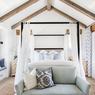 Idées déco pour une chambre parentale bord de mer de taille moyenne avec un mur blanc et un sol en bois clair.