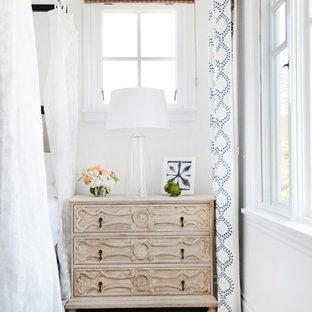 Пример оригинального дизайна: хозяйская спальня среднего размера в морском стиле с белыми стенами, светлым паркетным полом, стандартным камином и фасадом камина из кирпича