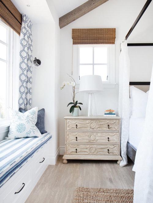 maritime schlafzimmer mit kaminsims aus backstein
