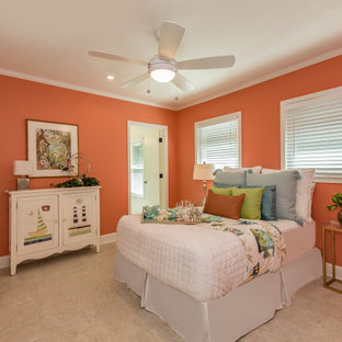 Foto de habitación de invitados ecléctica, grande, con parades naranjas, suelo de travertino y suelo beige