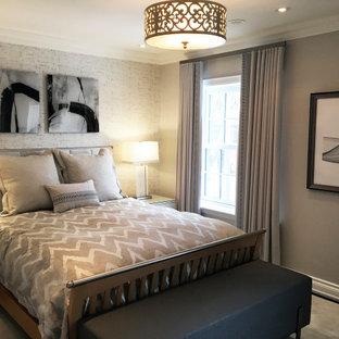 Réalisation d'une chambre tradition de taille moyenne avec un mur gris, un sol gris et du papier peint.