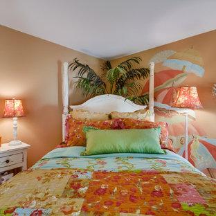 Modelo de habitación de invitados tropical, de tamaño medio, sin chimenea, con parades naranjas y moqueta
