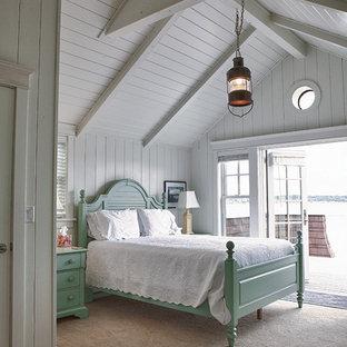 Diseño de dormitorio costero con moqueta y paredes blancas