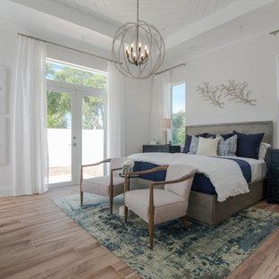 オーランドのビーチスタイルのおしゃれな主寝室 (白い壁、セラミックタイルの床、塗装板張りの天井) のレイアウト