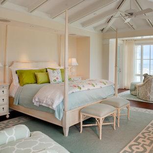 Idee per una camera da letto tropicale con pareti beige e parquet scuro