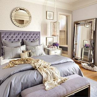 ラスベガスのエクレクティックスタイルのおしゃれな主寝室 (淡色無垢フローリング、暖炉なし) のレイアウト