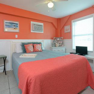 Foto de habitación de invitados costera, pequeña, con suelo de baldosas de cerámica, suelo beige y parades naranjas