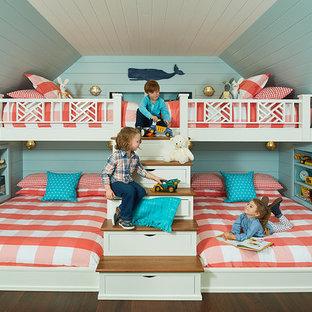 Ejemplo de habitación de invitados marinera, de tamaño medio, sin chimenea, con paredes azules, suelo de madera oscura y suelo marrón