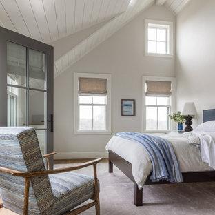Diseño de dormitorio abovedado y machihembrado, costero, machihembrado, con paredes grises, suelo de madera en tonos medios, suelo marrón y machihembrado