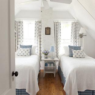 Ejemplo de habitación de invitados marinera, de tamaño medio, sin chimenea, con paredes blancas y suelo de madera en tonos medios