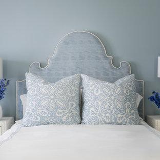 Стильный дизайн: спальня в морском стиле с синими стенами - последний тренд