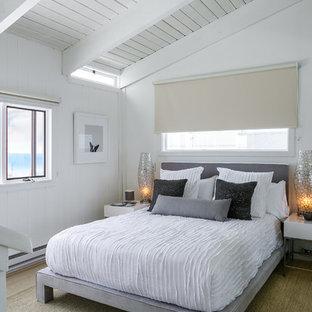 ロサンゼルスの小さいビーチスタイルのおしゃれな客用寝室 (白い壁、淡色無垢フローリング)