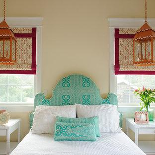 На фото: спальни в морском стиле с бежевыми стенами