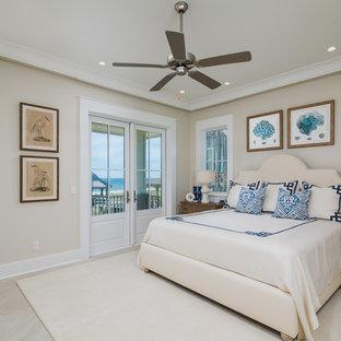 Diseño de habitación de invitados marinera, grande, con paredes beige y suelo de piedra caliza
